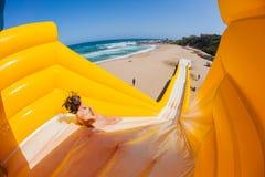 Plażowy dziewczyn przejażdżek wysokiej wody obruszenie Fotografia Royalty Free