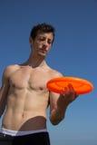 Plażowy facet bawić się z frisbee Obrazy Stock