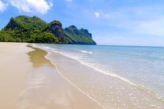 Plażowy halny idylliczny z niebem przy Baan Koh Teap zdjęcia stock