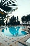 Plażowy hotelowy kurort z basenem przy świtem Zdjęcia Royalty Free