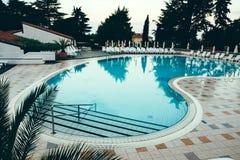 Plażowy hotelowy kurort z basenem przy świtem Obraz Stock