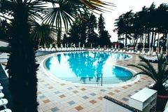 Plażowy hotelowy kurort z basenem przy świtem Zdjęcia Stock