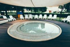 Plażowy hotelowy kurort z basenem przy świtem Obrazy Stock