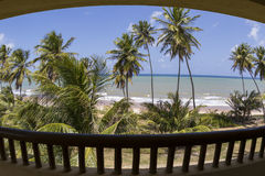 Plażowy i błękitny morze widzieć od balkonu hotel w kurorcie pokój obrazy stock