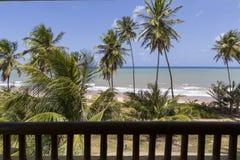 Plażowy i błękitny morze widzieć od balkonu hotel w kurorcie pokój Obraz Stock