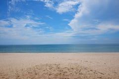 Plażowy i błękitny ocean i jasny niebieskie niebo Obrazy Royalty Free