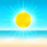 Plażowy i tropikalny morze z jaskrawym słońcem Fotografia Royalty Free