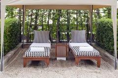Plażowy krzesło i duży parasol na piasku wyrzucać na brzeg Pojęcie dla odpoczynku, ponowny Fotografia Royalty Free