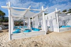 Plażowy krzesło i parasol na piaskowatej plaży Zdjęcie Royalty Free