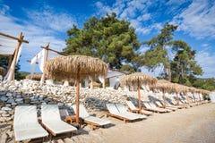 Plażowy krzesło i parasol na piaskowatej plaży Fotografia Royalty Free