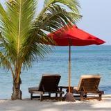 Plażowy krzesło i parasol na plaży w słonecznym dniu, Tajlandia Zdjęcie Royalty Free