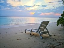 Plażowy krzesło na świetnym białym piasku zdjęcie stock