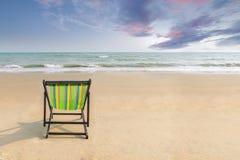 Plażowy krzesło na białej piasek plaży z zmierzchu mrocznym niebem i kopii przestrzenią Lata tło Lata krajobrazowy pojęcie romant Obrazy Stock