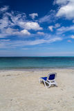 Plażowy krzesło na piaskowatym caribean morzu Zdjęcie Royalty Free