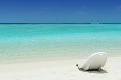 Plażowy krzesło na tropikalnej plaży zdjęcia stock