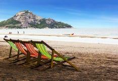 Plażowy krzesło na wybrzeżu z niebieskim niebem zdjęcia royalty free