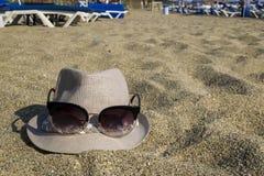 plażowy linii brzegowej horyzontu gór lato Na piasku kłama kobiety ` s kapelusz z szkłami obrazy stock