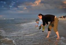 plażowy macierzysty bawić się syn obraz stock