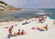 Plażowy niedaleki biała faleza dzwonił Scala dei Turchi Zdjęcie Stock