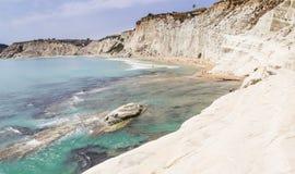 Plażowy niedaleki biała faleza dzwonił ` Scala dei Turchi ` w Sicily Obrazy Stock