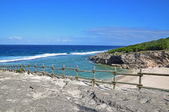Plażowy niedaleki sławny Trou dArgent przy Rodrigues wyspą brać od wierzchołka z widoczną zbawczą drewnianą barierą fotografia stock