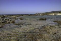 plażowy niski skalisty przypływ dryftowego morza Śródziemnego połowów tuńczyka morski netto Obrazy Stock