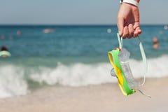 plażowy nurkowy gogle ręki mienia morze Obrazy Royalty Free