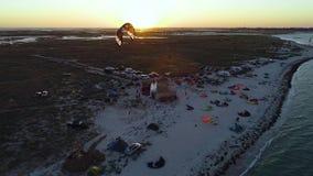 Plażowy obóz przy świtem stażowe kanie kłaść out na piasku, odgórny widok zbiory