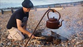 Plażowy obozu ogień, czajnik i zbiory