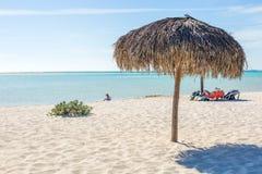 Plażowy parasol robić palmowi liście na egzot plaży obrazy royalty free