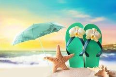 Plażowy parasol Rozgwiazda i trzepnięcie klapy na piaskowatej linii brzegowej Zdjęcia Royalty Free