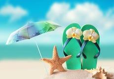 Plażowy parasol Rozgwiazda i trzepnięcie klapy na piaskowatej linii brzegowej Obrazy Stock