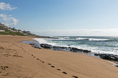 Plażowy piasek Kołysa ocean i Macha w Południowa Afryka Fotografia Stock