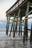 Plażowy połowu molo jest cudownym strukturą budującym wytrzymywać brutalną pogodę często kojarzącą z nabrzeżnym obrazy royalty free