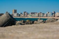 Plażowy przód Povoa De Varzim w Portugalia, z falochronem schronienie w przedpolu fotografia stock