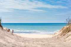 Plażowy przegapiający morze z niebieskim niebem zdjęcie royalty free