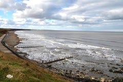 plażowy rockowy piaska wybrzeże przy widzieć oceanem Zdjęcie Royalty Free