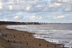 plażowy rockowy piaska wybrzeże przy widzieć oceanem Zdjęcia Royalty Free