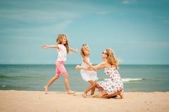 plażowy rodzinny szczęśliwy bawić się zdjęcie royalty free