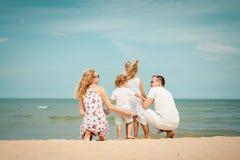 plażowy rodzinny szczęśliwy bawić się obrazy stock