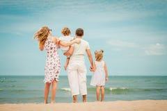plażowy rodzinny szczęśliwy bawić się obrazy royalty free