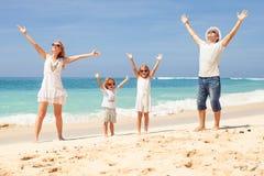 plażowy rodzinny szczęśliwy bawić się obraz stock
