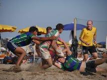 Plażowy rugby Rosolina 2017 - Plażowi kolesie zespalają się Fotografia Royalty Free