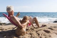 Plażowy starszy mężczyzna pod parasol fotografia stock