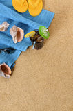 Plażowy tło z lukrowymi koli i trzepnięcia klapami Zdjęcia Stock