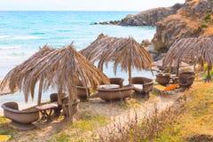 Plażowy tło z turkusowymi wod morskich fala i parasolami, Grecja Obraz Royalty Free