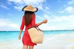 Plażowy turystyczny jest ubranym słońce kapelusz, suknia i torba, obrazy royalty free
