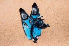 Plażowy urlopowy zabawy snorkel wyposażenie na piasku z ocean fala bryzga wodę Akwalungu pikowanie i snorkelling Czarni Flippers, zdjęcie stock