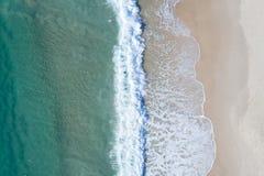 Plażowy wakacyjny odgórny widok Piękna plaża z ładną błękitne wody z góry obraz royalty free