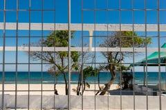 Plażowy widok przez metalu poręcza obrazy stock